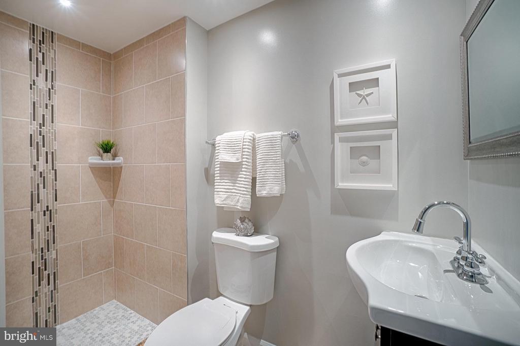 Updated master bathroom - 9672 LINDENBROOK ST, FAIRFAX