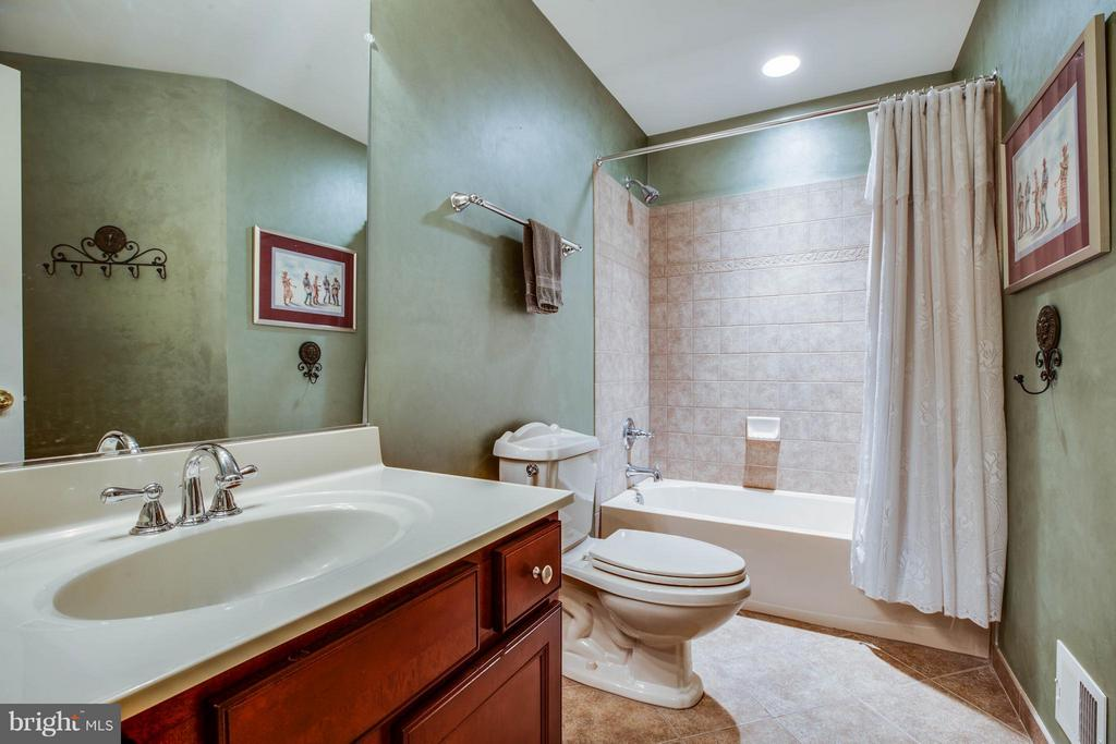 Full Bathroom off Bedroom Five - 12910 MACNEIL CT, FREDERICKSBURG