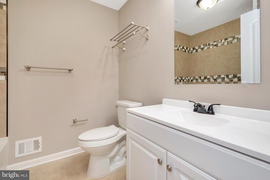 Full Bath in Hallway - 12262 PAIGE RD, WOODFORD
