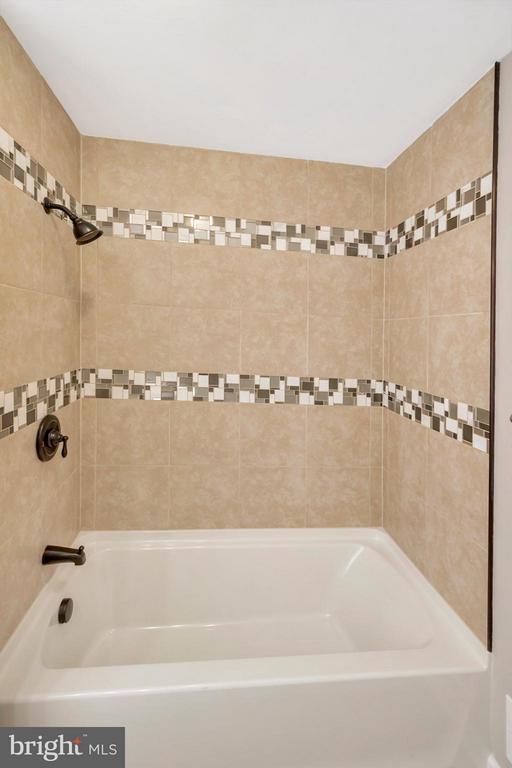 Bath Details - 12262 PAIGE RD, WOODFORD