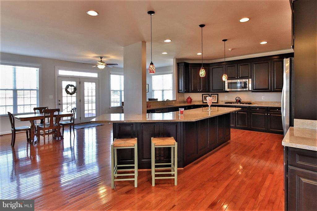 Stunning Kitchen features ss appls & gas range - 36766 WATERFRONT LN, PURCELLVILLE