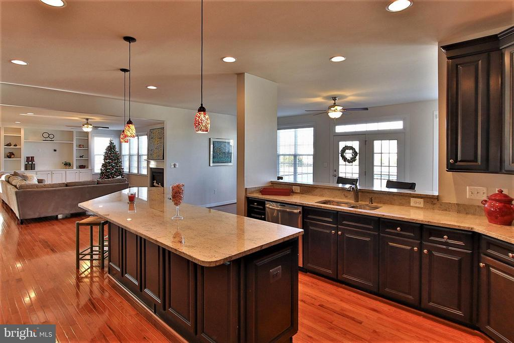 Oversized granite island/breakfast bar - 36766 WATERFRONT LN, PURCELLVILLE