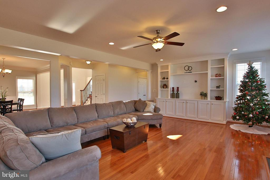 HUGE family rm with built in book shelves/storage - 36766 WATERFRONT LN, PURCELLVILLE