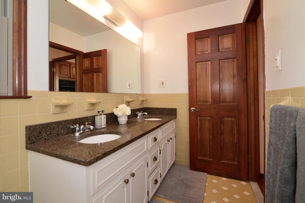 Dual sinks w Granite - 138 FORT EVANS RD NE, LEESBURG