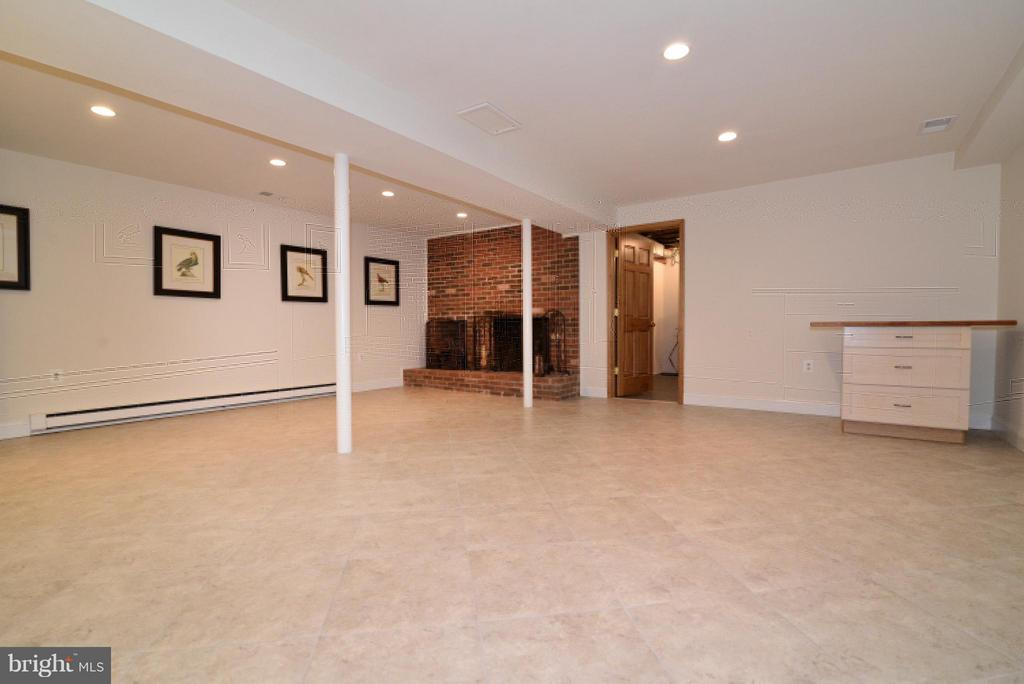 Large Rec Room w tile and Fireplace - 138 FORT EVANS RD NE, LEESBURG