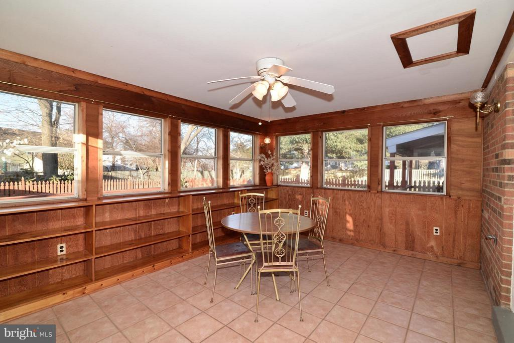 Sunroom w tile, ceiling fan and  3 walls of window - 138 FORT EVANS RD NE, LEESBURG