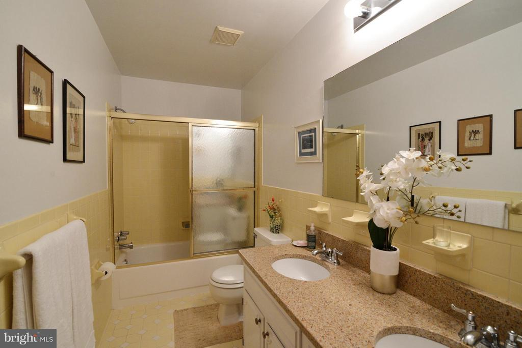 Main Level Full Bath, dual sinks w Granite - 138 FORT EVANS RD NE, LEESBURG