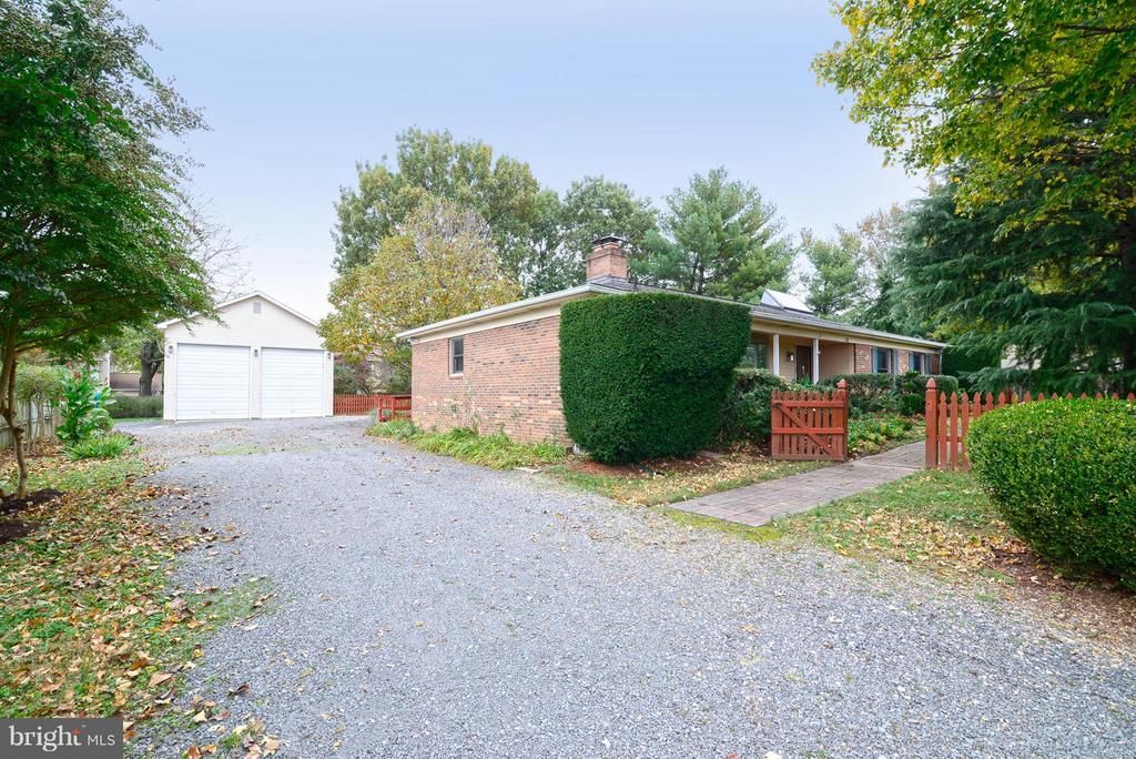 Wide driveway with 2 bay garage and parking - 138 FORT EVANS RD NE, LEESBURG