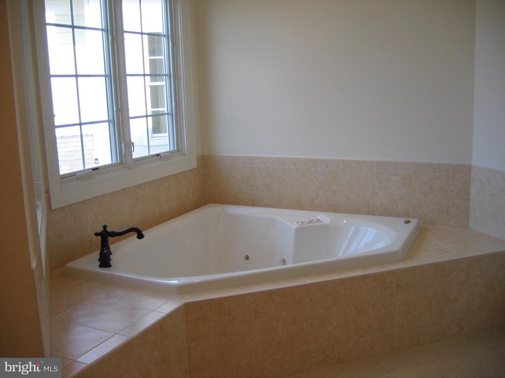 Whirlpool Tub in  Primary Bath - 43513 STARGELL TER, LEESBURG