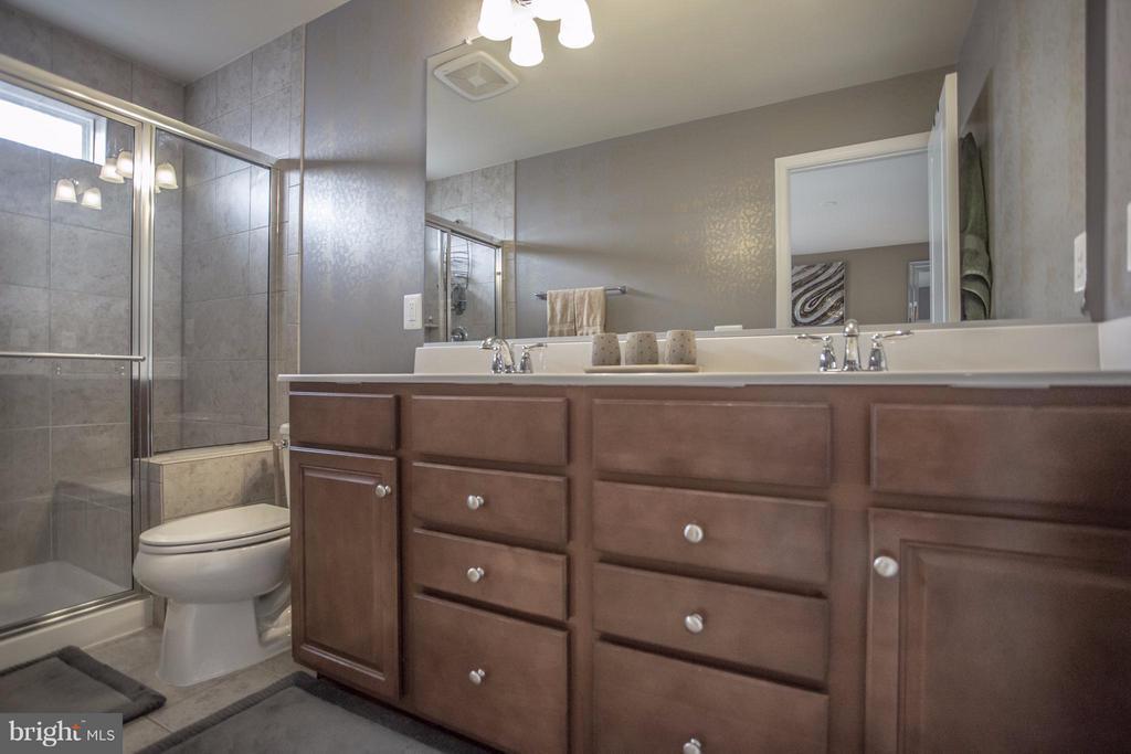 Upper Level Master Bath. - 8933 GARRETT WAY, MANASSAS