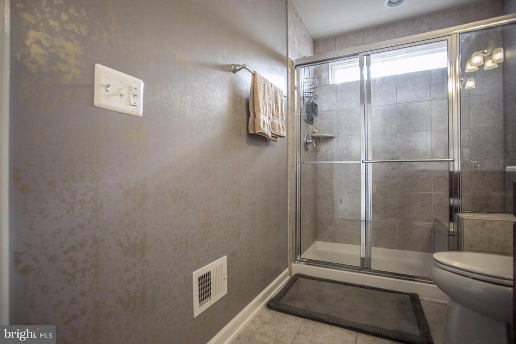 Large Shower with Seat - 8933 GARRETT WAY, MANASSAS