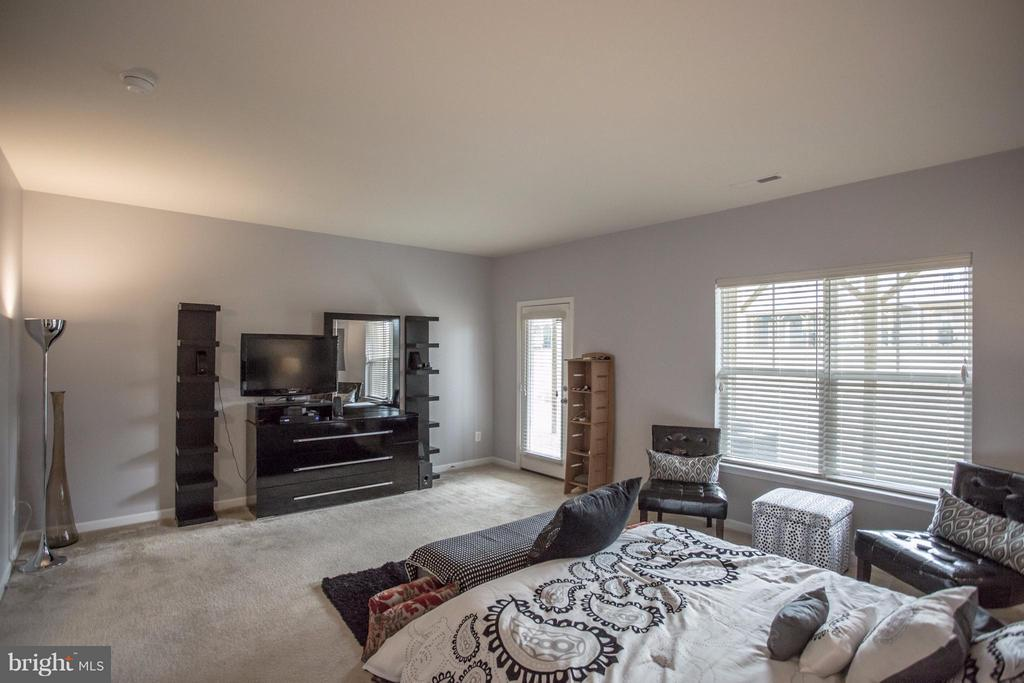 First Level Master Bedroom - 8933 GARRETT WAY, MANASSAS