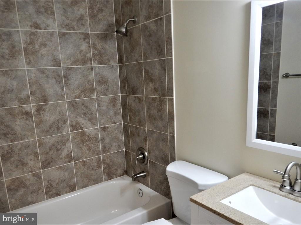 Bath - 22 LONGSTREET AVE, ROUND HILL