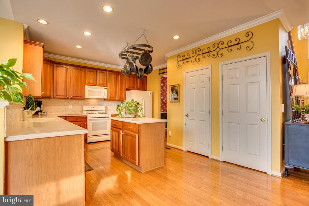 Breakfast Bar and Separate Island - 9160 STONEGARDEN DR, LORTON