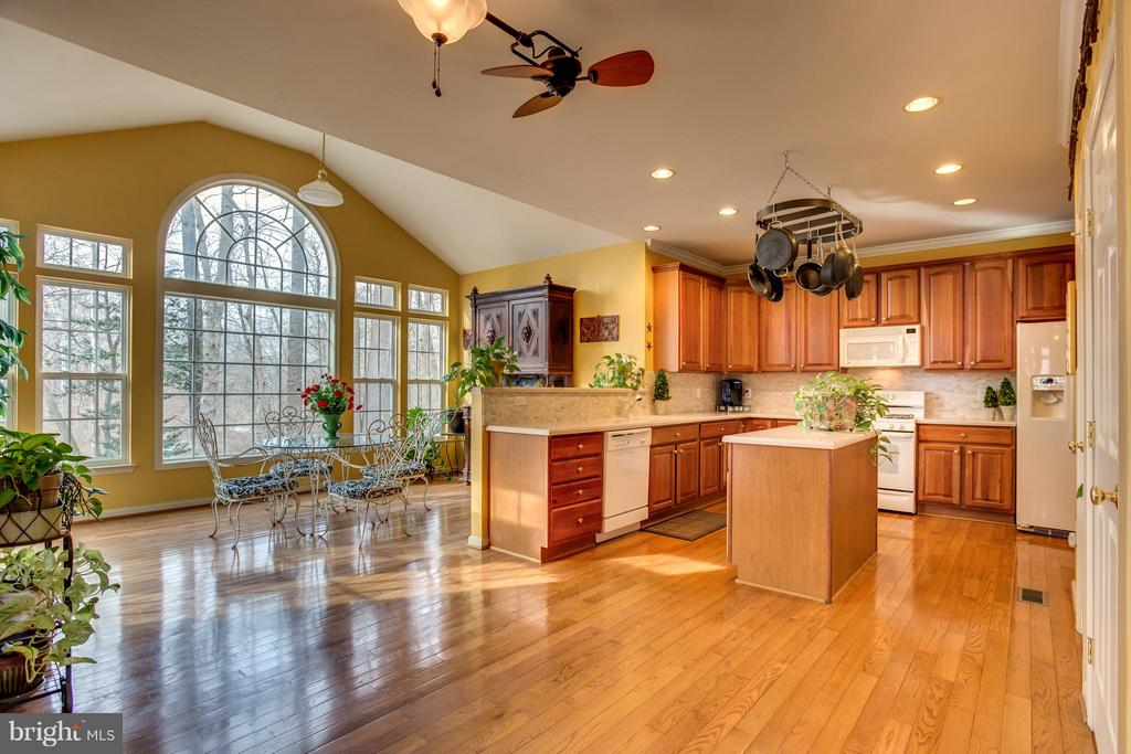 Huge Sun filled Eat-in Kitchen and Sunroom - 9160 STONEGARDEN DR, LORTON