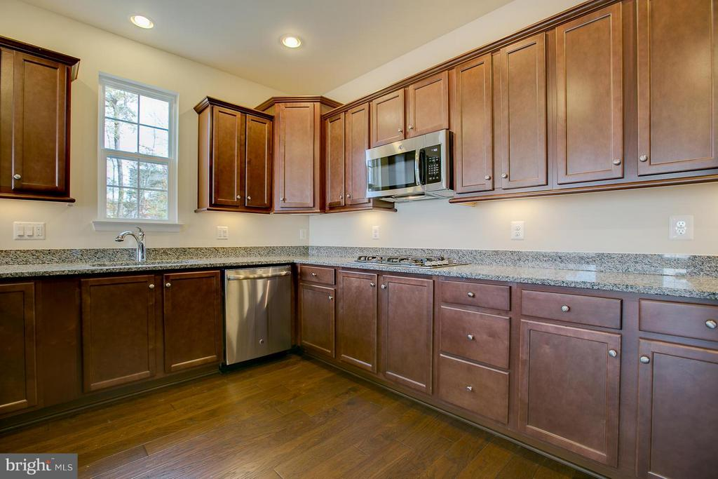 Tons Of Granite Counter Space. - 176 VERBENA DR, STAFFORD