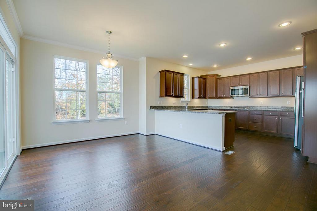 9 Ft. Ceiling, Recessed Lighting, Hardwood Floors. - 176 VERBENA DR, STAFFORD
