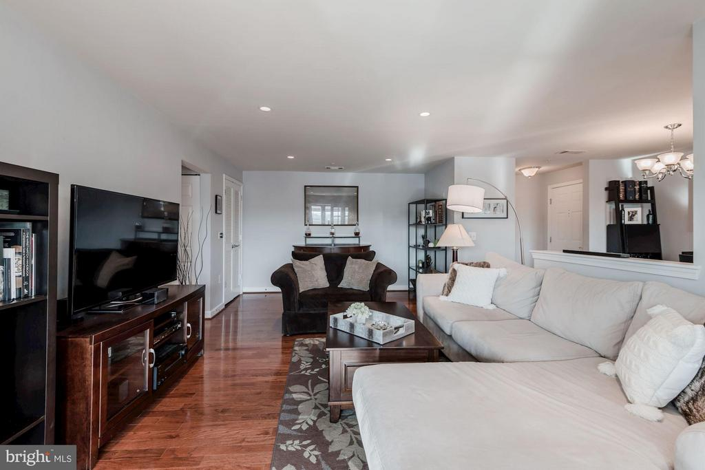 LIVING ROOM - BEAUTIFULLY APPOINTED! - 4113 FOUR MILE RUN DR S #403, ARLINGTON