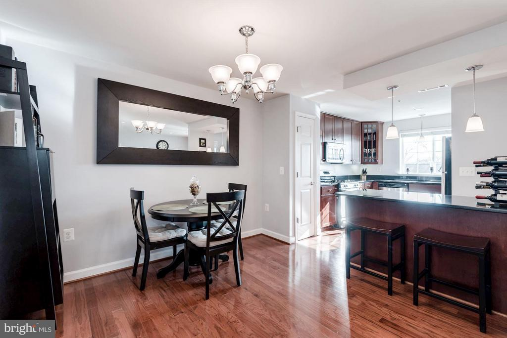 DINING ROOM - OPENS BEAUTIFULLY TO KITCHEN - 4113 FOUR MILE RUN DR S #403, ARLINGTON