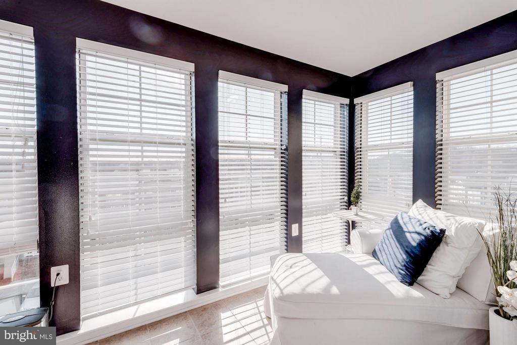 BONUS SUNROOM - PERFECT FOR HOME OFFICE! - 4113 FOUR MILE RUN DR S #403, ARLINGTON