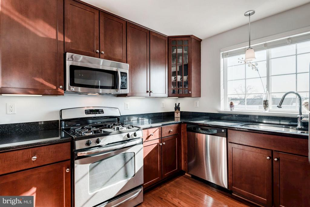 KITCHEN - GAS COOKING, GRANITE COUNTER TOPS! - 4113 FOUR MILE RUN DR S #403, ARLINGTON