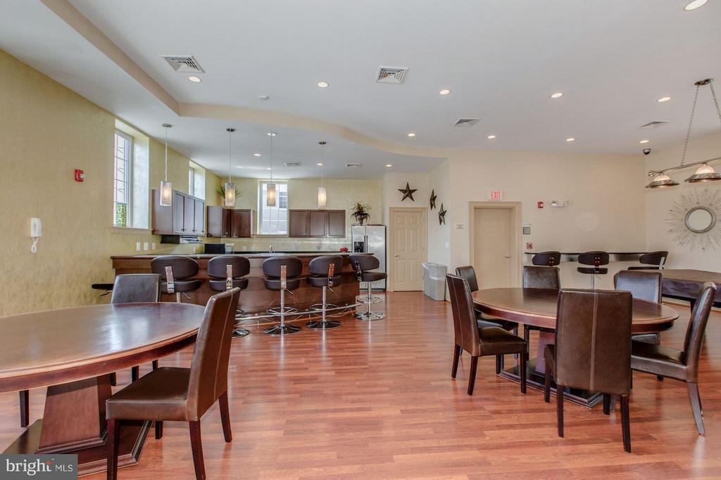 CLUBHOUSE KITCHEN & TABLES FOR ENTERTAINING - 4113 FOUR MILE RUN DR S #403, ARLINGTON