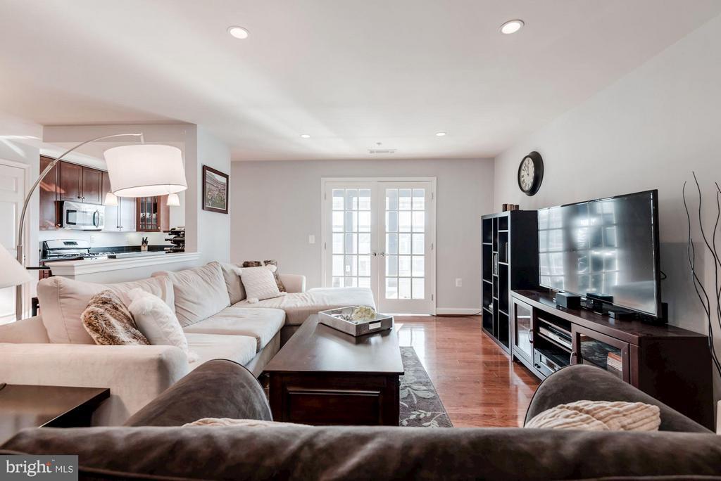 LIVING ROOM - HARDWOOD FLOORS, RECESS LIGHTING - 4113 FOUR MILE RUN DR S #403, ARLINGTON