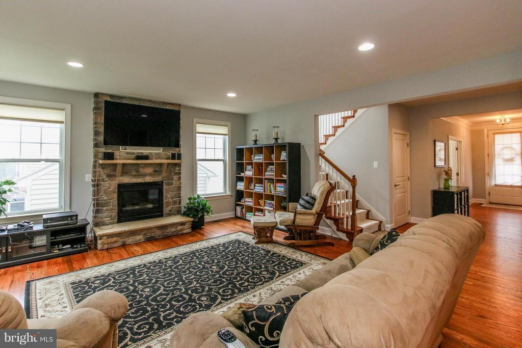 Bright, open floor plan with hdwd flooring thruout - 22360 AGING OAK DR, LEESBURG