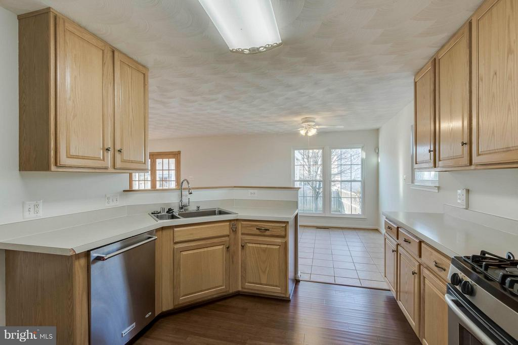 Kitchen and Morning Room - 13866 REDFORD LN, WOODBRIDGE