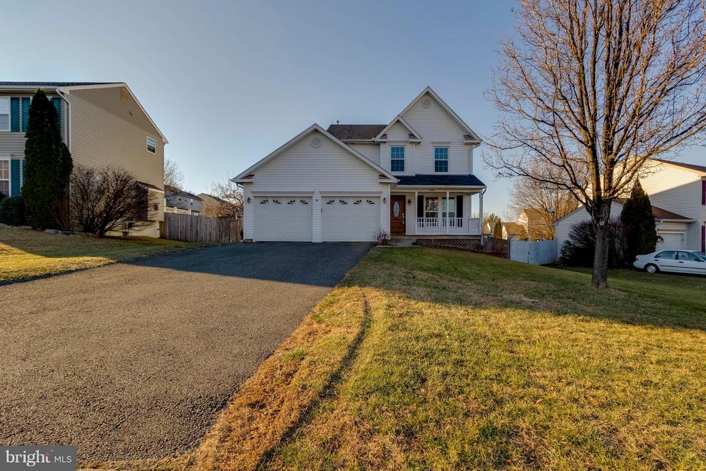 Set back off street with huge front yard - 13866 REDFORD LN, WOODBRIDGE