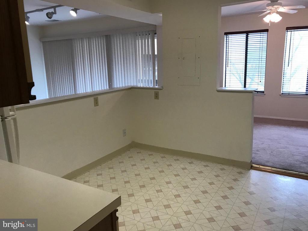 Table space kitchen - 5801 EDSON LN #202, ROCKVILLE