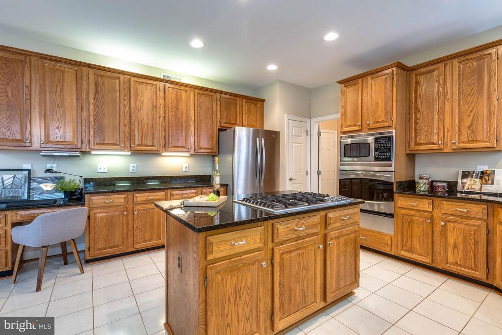 Kitchen with plenty of cabinet space - 7732 WHITE WILLOW CT, SPRINGFIELD