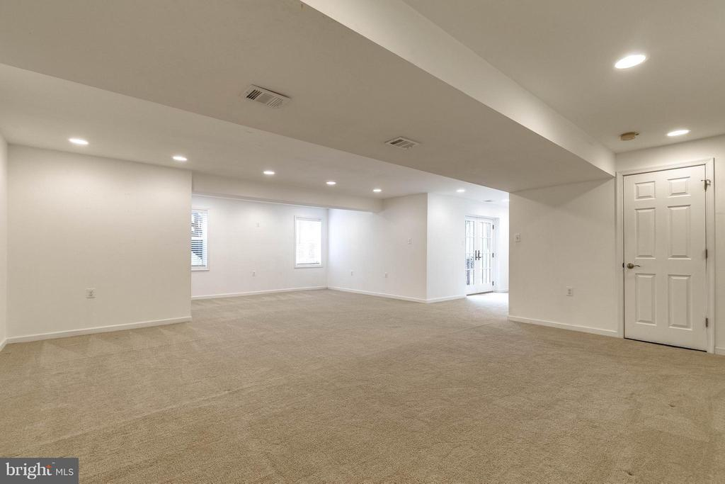 Huge light-filled, walk-out with tons of storage - 7732 WHITE WILLOW CT, SPRINGFIELD
