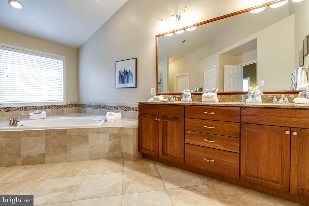 Beautifully remodeled en suite master bathroom - 7732 WHITE WILLOW CT, SPRINGFIELD