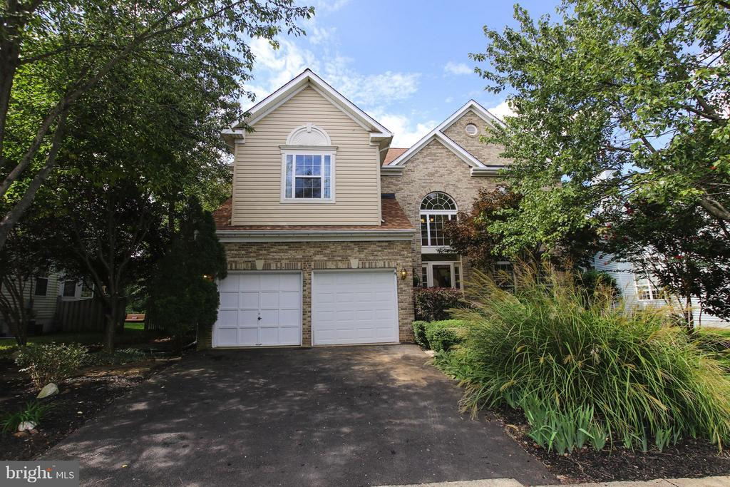 Handsome brick front exterior in great community - 1235 FEATHERSTONE LN NE, LEESBURG