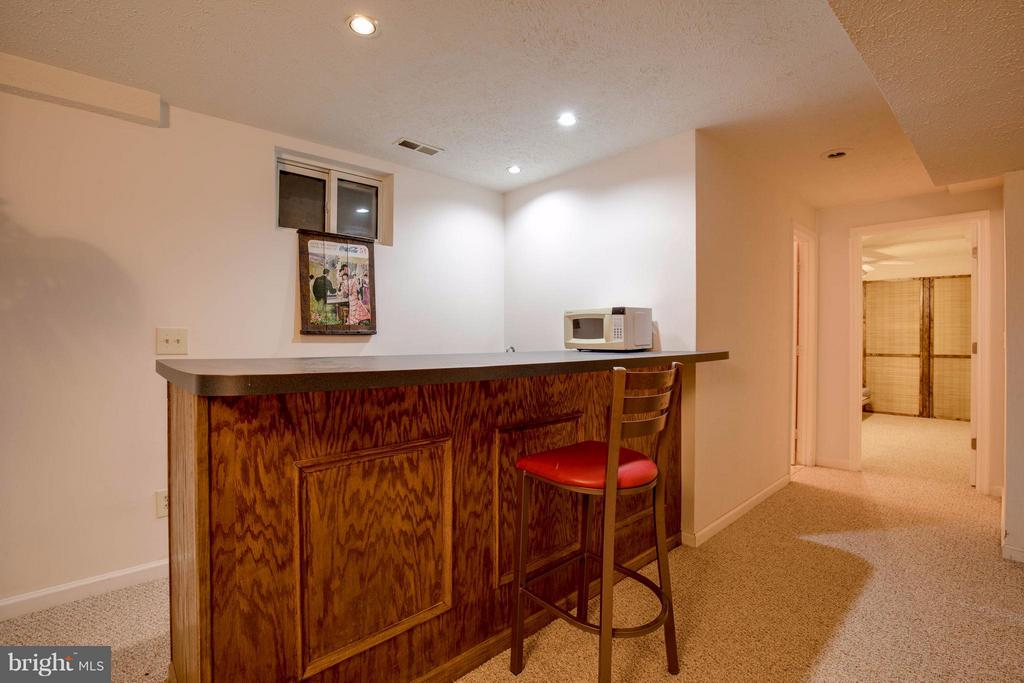 Wet bar in basement - 15907 MONCURE DR, DUMFRIES