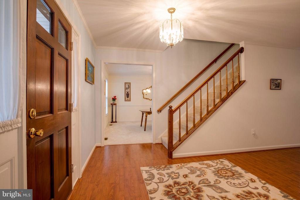 Large foyer with closet - 15907 MONCURE DR, DUMFRIES