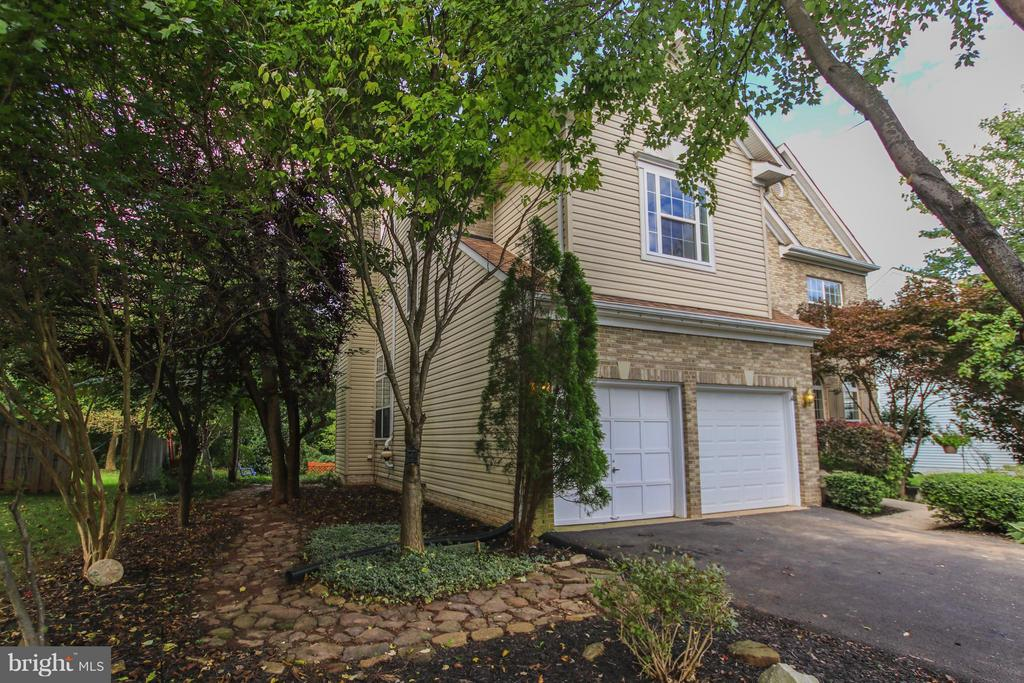 Lovely landscaping for year round enjoyment - 1235 FEATHERSTONE LN NE, LEESBURG