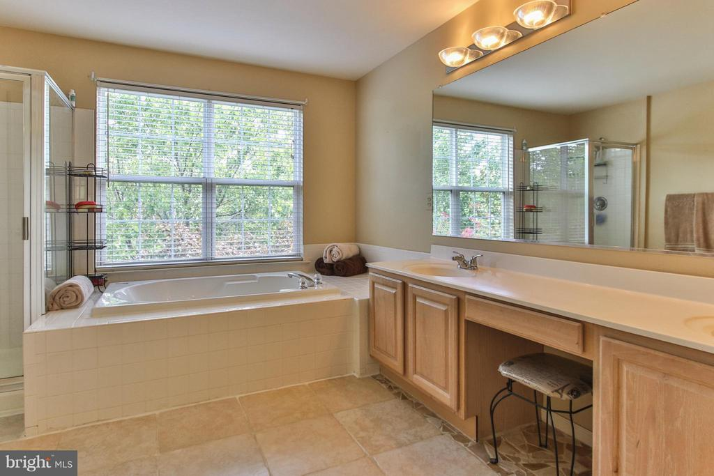 Tiled bath with oversized soaking tub - 1235 FEATHERSTONE LN NE, LEESBURG