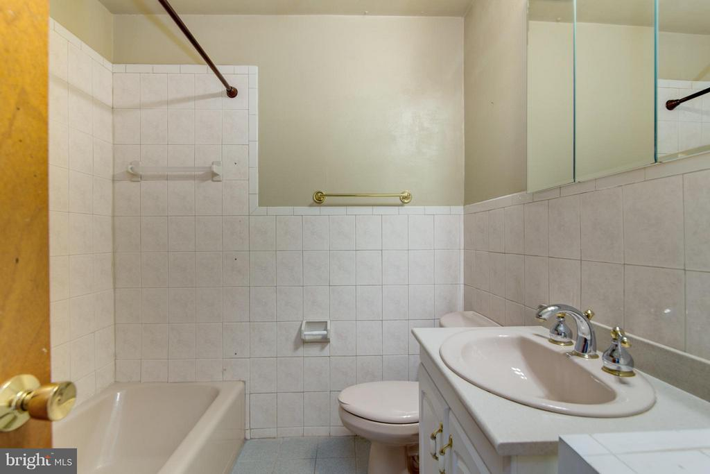 Upper Level Full Bath - 4708 EXETER ST, ANNANDALE