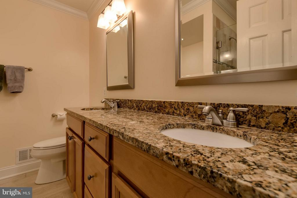 Renovated Master Bath w/ Double Vanities, Granite - 10137 TURNBERRY PL, OAKTON