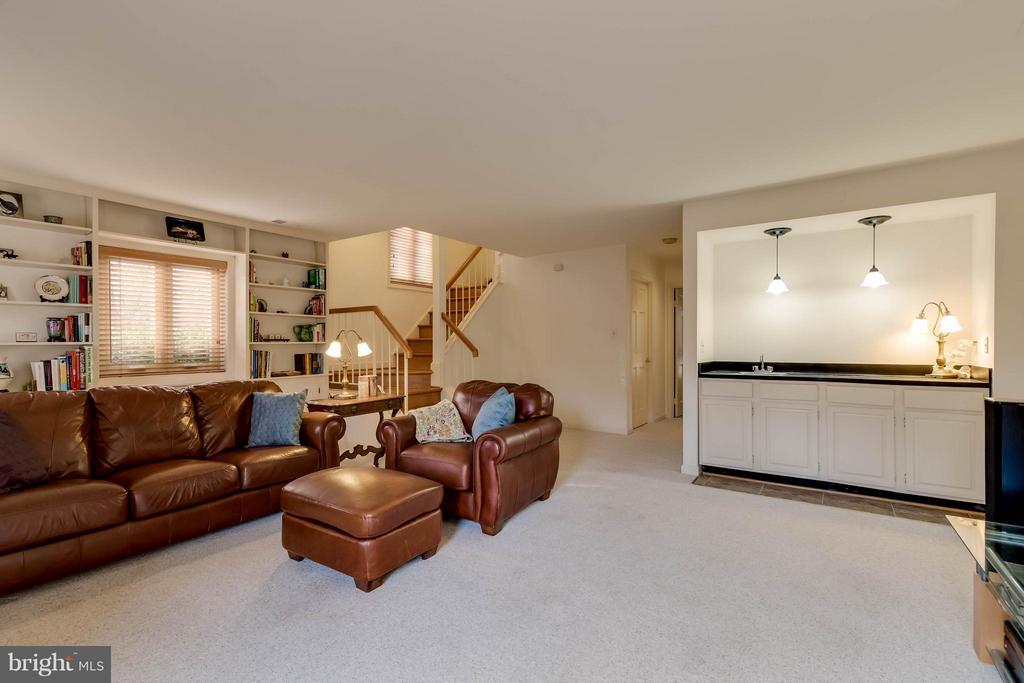 Spacious Family Room with Wet Bar - 10137 TURNBERRY PL, OAKTON