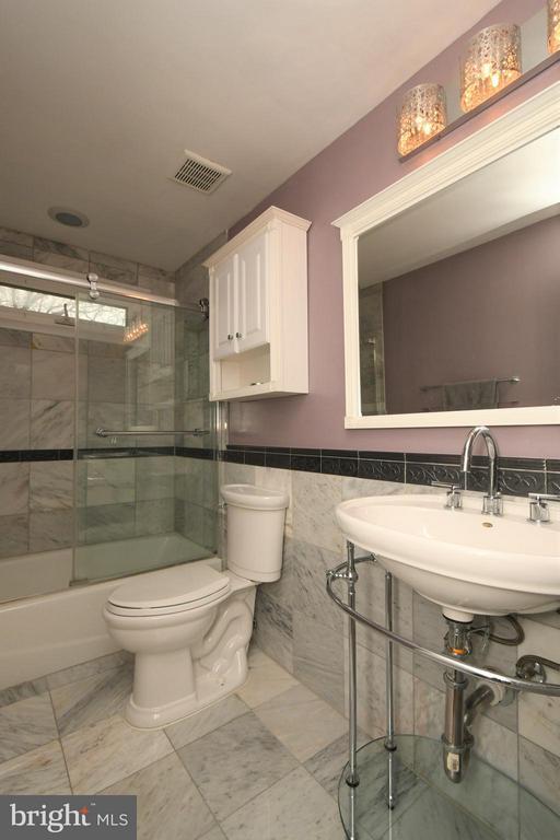 Upper level full renovated bath - 10516 ARROWOOD ST, FAIRFAX