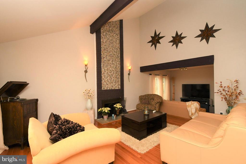 2 story wood burning fireplace/vaulted ceiling - 10516 ARROWOOD ST, FAIRFAX