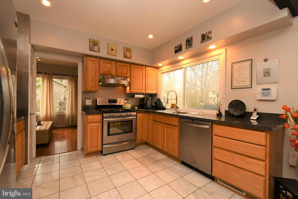 Remodeled Kitchen/Recessed lighting/oak cabinetry - 10516 ARROWOOD ST, FAIRFAX