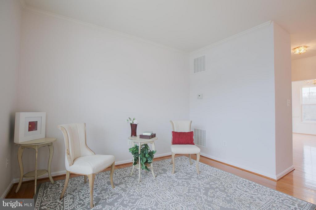 Welcoming living room with hardwood floors - 31 LANDMARK DR, STAFFORD