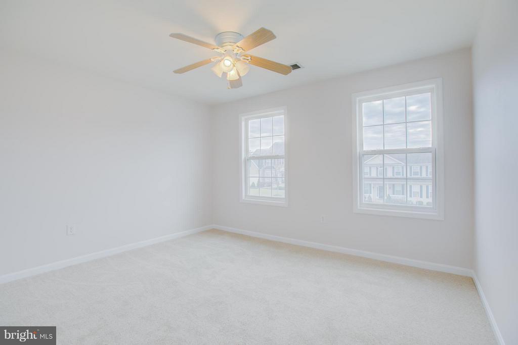2nd upstairs bedroom is large - 31 LANDMARK DR, STAFFORD