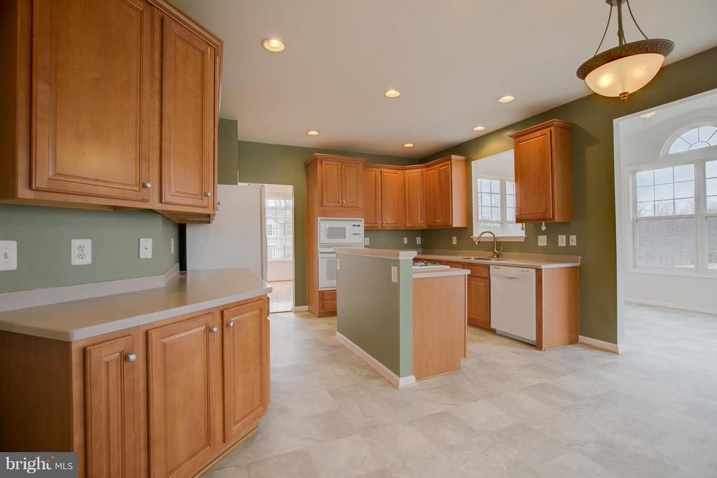 Has built-in oven and microwave - 31 LANDMARK DR, STAFFORD