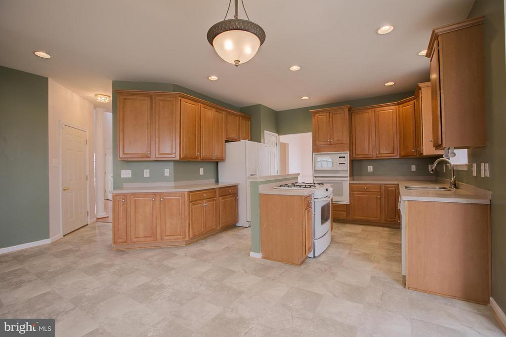 Kitchen has plenty of space for eat-in table - 31 LANDMARK DR, STAFFORD