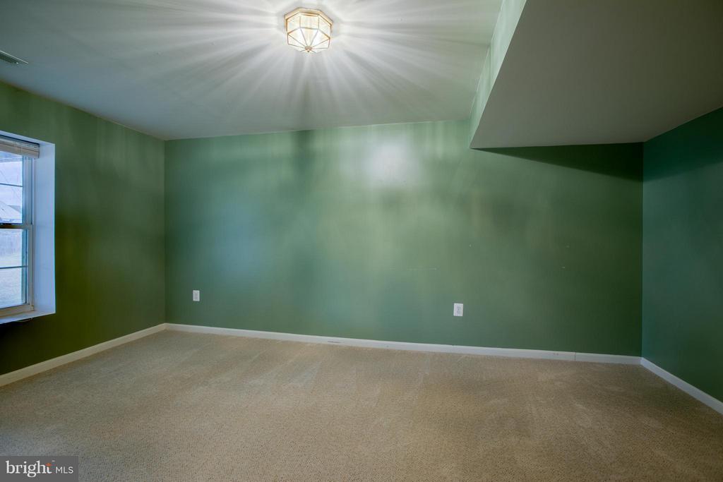 Large 5th bedroom in the basement - 31 LANDMARK DR, STAFFORD